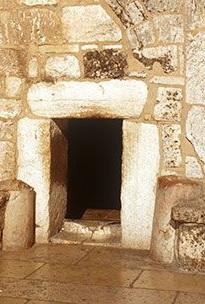 De ingang van de geboortekerk van Christus heet 'De poort van nederigheid'.